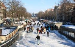 Patinaje sobre los canales congelados holandeses en Amsterdam Foto de archivo libre de regalías