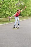 Patinaje sobre ruedas atractivo del adolescente a la velocidad Fotos de archivo libres de regalías