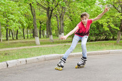 Patinaje sobre ruedas atractivo del adolescente a la velocidad Imágenes de archivo libres de regalías