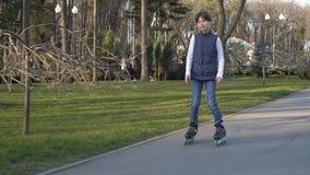 Patinaje sobre ruedas de la chica joven metrajes