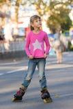 Patinaje sobre ruedas de seis años de la muchacha Foto de archivo libre de regalías