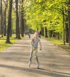 Patinaje sobre ruedas del adolescente en polainas coloridas Fotografía de archivo libre de regalías