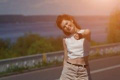 Patinaje sobre ruedas hermoso de la chica joven Fotografía de archivo libre de regalías