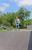 Patinaje sobre ruedas joven atlético del adolescente Imagenes de archivo