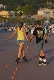 Patinaje sobre ruedas joven de los amantes de la traición en Niza Imagenes de archivo