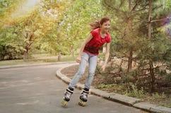 Patinaje sobre ruedas joven hermoso del adolescente Fotografía de archivo libre de regalías