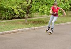Patinaje sobre ruedas joven hermoso del adolescente Fotos de archivo libres de regalías
