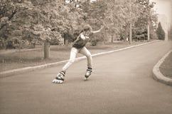 Patinaje sobre ruedas joven hermoso del adolescente Fotos de archivo