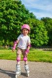 Patinaje sobre ruedas sonriente de la muchacha fotos de archivo