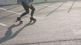 Patinaje sobre ruedas y baile hermosos atractivos del montar a caballo de la mujer joven en las calles Fondo urbano, cámara lenta almacen de metraje de vídeo
