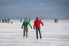 Patinant sur un lac congelé, l'Autriche, l'Europe Image libre de droits