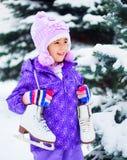 Patinar no gelo indo da menina fotos de stock royalty free