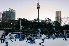 Patinar no gelo na cidade de Sydney no festival do inverno imagens de stock