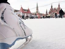 Patinar no gelo na gelo-pista do quadrado vermelho de Moscou Foto de Stock