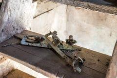 Patines abandonados oxidados muy viejos de la cuchilla del hielo Fotos de archivo libres de regalías