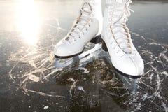 Patines anchos en el hielo con el sol foto de archivo libre de regalías