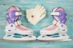Patines de hielo de los niños con de medida adaptable y accesorios en el piso de madera Imagenes de archivo