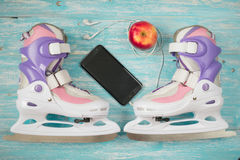 Patines de hielo de los niños con de medida adaptable y accesorios en el piso de madera Fotografía de archivo
