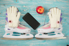 Patines de hielo de los niños con de medida adaptable y accesorios en el piso de madera Fotografía de archivo libre de regalías