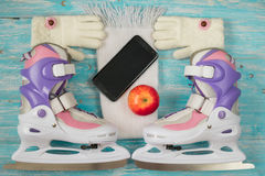 Patines de hielo de los niños con de medida adaptable y accesorios en el piso de madera Fotos de archivo libres de regalías