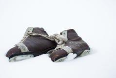 Patines de hielo del vintage que mienten en la nieve al aire libre Fotografía de archivo libre de regalías