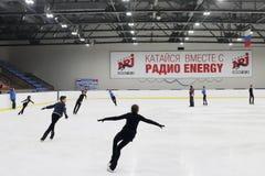 Patines de los jóvenes en palacio de los deportes Imagen de archivo