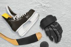 Patines, palillo, guantes y duende malicioso del hockey Imágenes de archivo libres de regalías