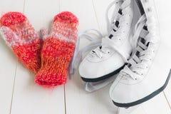 Patines para patinaje artístico y manoplas imagen de archivo