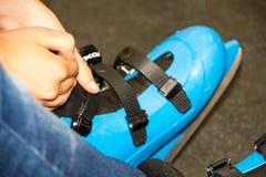 Patines que llevan del patinador deportes activos en el invierno cómo divertirse en los fines de semana Imagen de archivo