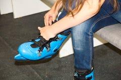 Patines que llevan del patinador deportes activos en el invierno cómo divertirse en los fines de semana Imágenes de archivo libres de regalías