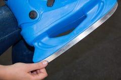 Patines que llevan del patinador deportes activos en el invierno cómo divertirse en los fines de semana Fotografía de archivo