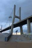 Patineur dans le pont du 25 avril, Lisbonne Photographie stock