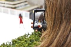 Patineur de glace de pelliculage avec futé Photo libre de droits
