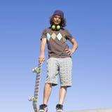 Patineur de l'adolescence placé sur le rampe Photo libre de droits