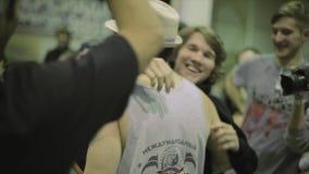 Patineur de rouleau de congrats d'hommes avec le gain sur la concurrence dans le skatepark récompenses gagnant applaudissements banque de vidéos