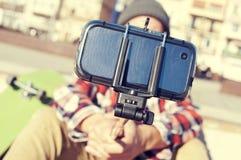 Patineur prenant un selfie Photographie stock libre de droits
