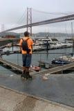 Patineur regardant le pont du 25 avril Images libres de droits