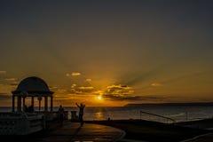 Patineurs au coucher du soleil photo stock