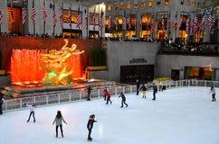 Patineurs de glace de centre de Rockefeller Photographie stock