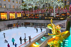 Patineurs de glace de centre de Rockefeller Image stock