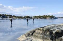 Patineurs de glace dans l'archipel de Stockholm Images libres de droits