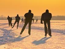 Patineurs pendant le coucher du soleil photos stock