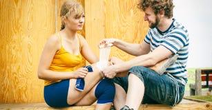 Patineuse de femme avec le genou blessé de jambe Images libres de droits
