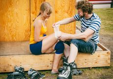 Patineuse de femme avec le genou blessé de jambe Image stock
