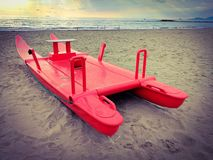 Patino rojo, amarrado en una playa hermosa en Versilia Imagen de archivo