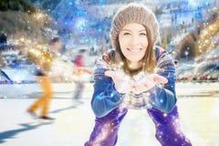 Patins asiatiques d'aspect de fille Regarder l'appareil-photo avec des bras s'est prolongé en avant sourires Des paumes pilotez l Images stock