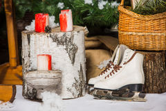 Patins de gelo do vintage para a patinagem artística com o ramo de árvore do abeto que pendura no fundo rústico Fotos de Stock Royalty Free