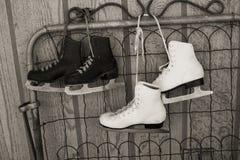 Patins de glace en noir et blanc Image stock