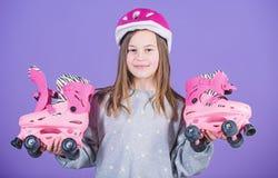 Patins de l'adolescence mignons de casque et de rouleau d'usage de fille sur le fond violet Passe-temps de l'adolescence de patin image stock