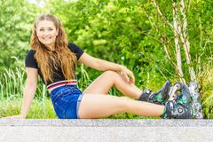 Patins de rolo da equitação da jovem mulher Foto de Stock